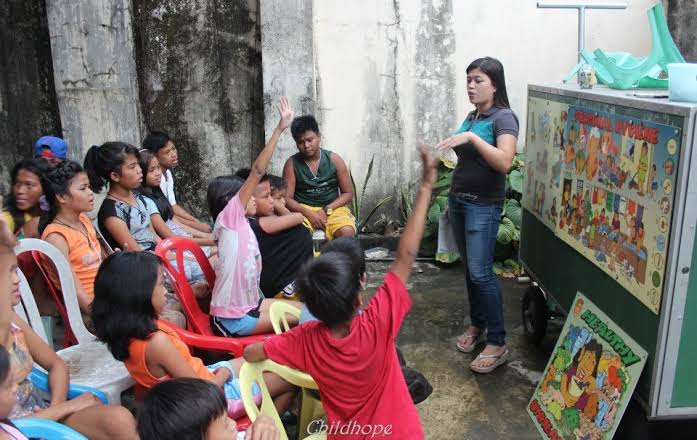 This Pre-School Teacher Goes Out of Her Way to Teach Street Children in Manila